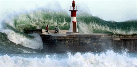 PICTURES: Giant Waves Crashing - Business Insider